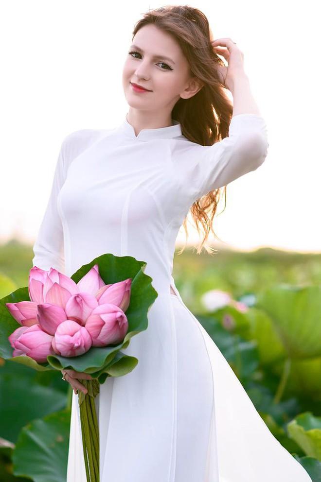 Nữ DJ nước ngoài xinh như thiên thần, mặc áo dài thả dáng giữa hồ sen gây sốt MXH - ảnh 5