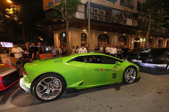 Vợ chồng Cường Đô la xuất hiện cùng dàn siêu xe 330 tỷ, khiến người đi đường phấn khích - Ảnh 5.