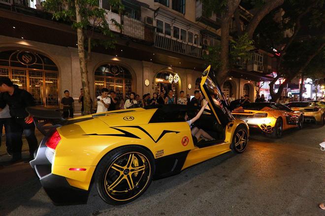 Vợ chồng Cường Đô la xuất hiện cùng dàn siêu xe 330 tỷ, khiến người đi đường phấn khích - Ảnh 8.