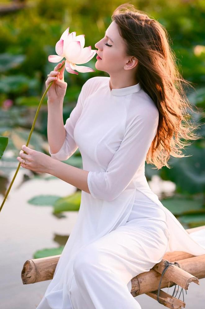 Nữ DJ nước ngoài xinh như thiên thần, mặc áo dài thả dáng giữa hồ sen gây sốt MXH - ảnh 6