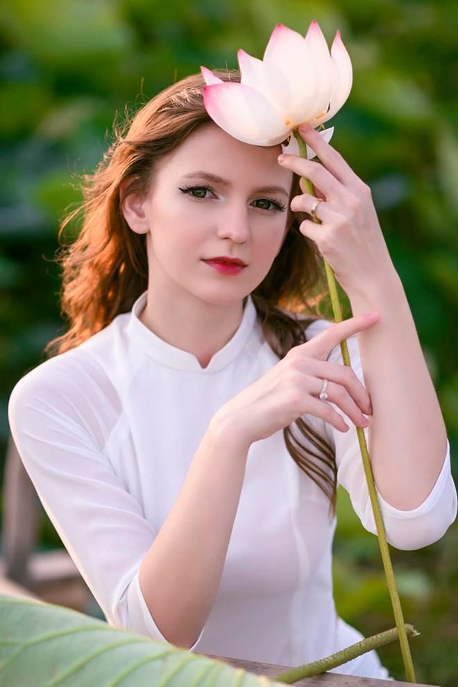 Nữ DJ nước ngoài xinh như thiên thần, mặc áo dài thả dáng giữa hồ sen gây sốt MXH - ảnh 7