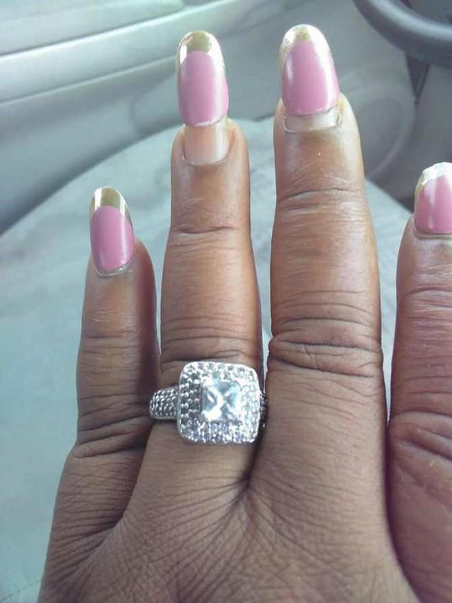 Cô gái lên mạng hào hứng khoe chiếc nhẫn đính hôn khổng lồ bằng kim cương, nhưng cư dân mạng lại chỉ chú ý đến điều này - Ảnh 1.