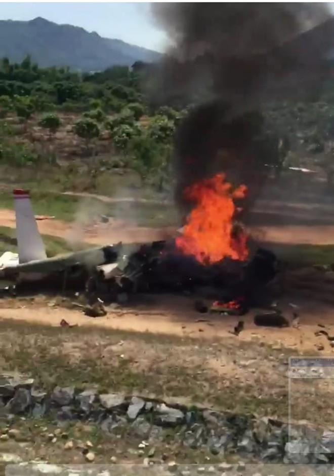 Bộ Quốc phòng thông tin danh tính 2 phi công hy sinh trong vụ rơi máy bay quân sự - Ảnh 1.