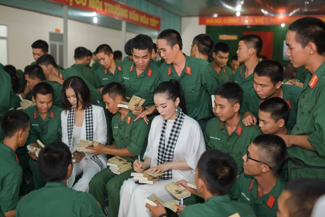 Hoa hậu Kỳ Duyên, Ca sĩ Ái Phương đồng hành cùng Hành trình Từ Trái Tim giao lưu và ký tặng sách quý đổi đời đến chiến sĩ Sư đoàn Bộ binh 5 – Quân khu 7.