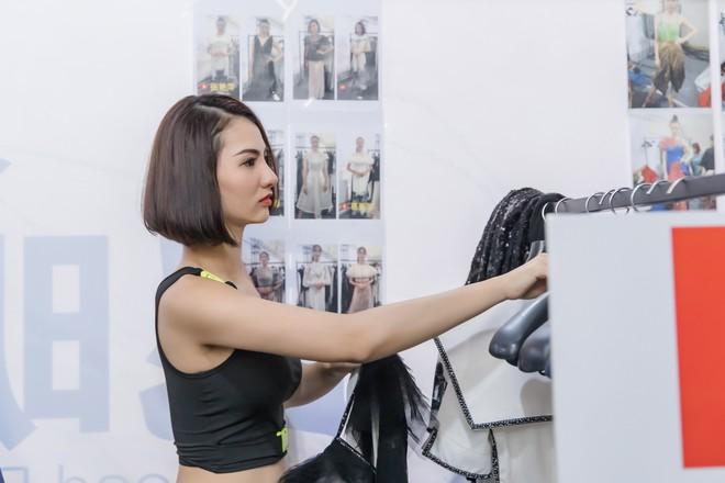 Hồng Quế tất bật giúp NTK Hà Duy ở hậu trường show thời trang tại Trung Quốc - Ảnh 7.