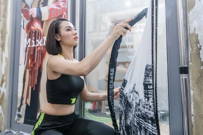 Hồng Quế tất bật giúp NTK Hà Duy ở hậu trường show thời trang tại Trung Quốc - Ảnh 9.