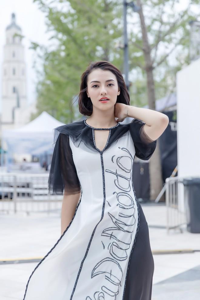 Hồng Quế tất bật giúp NTK Hà Duy ở hậu trường show thời trang tại Trung Quốc - Ảnh 5.