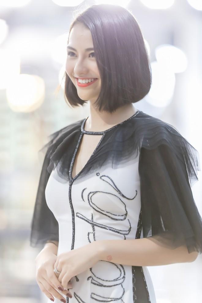Hồng Quế tất bật giúp NTK Hà Duy ở hậu trường show thời trang tại Trung Quốc - Ảnh 6.