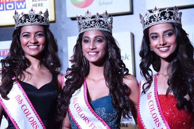Bức ảnh đăng quang gây lú của Hoa hậu Ấn Độ: Hoa hậu và 2 Á hậu đọ sắc cùng khung hình mà như nhân bản hàng loạt - Ảnh 2.