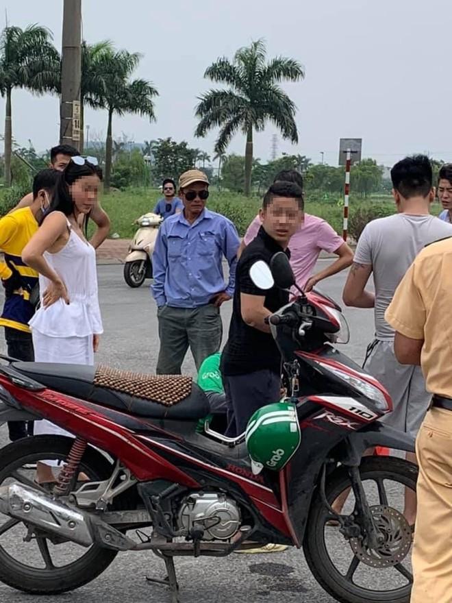Nữ tài xế chạy ô tô tiền tỷ va chạm với Grab bike giữa ngã tư phố Hà Nội  - Ảnh 1.