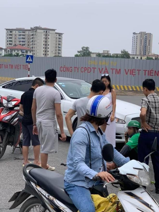 Nữ tài xế chạy ô tô tiền tỷ va chạm với Grab bike giữa ngã tư phố Hà Nội  - Ảnh 2.