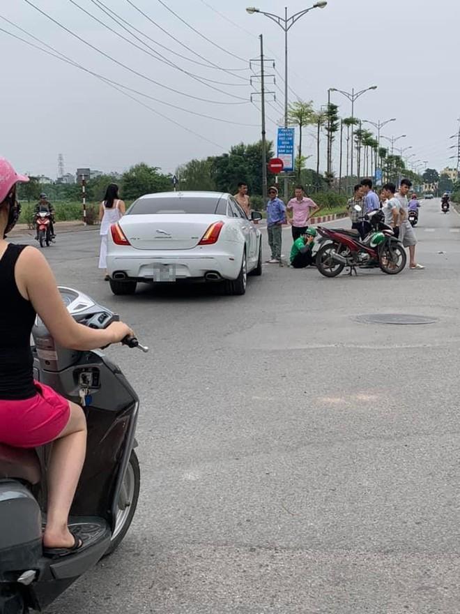 Nữ tài xế chạy ô tô tiền tỷ va chạm với Grab bike giữa ngã tư phố Hà Nội  - Ảnh 3.