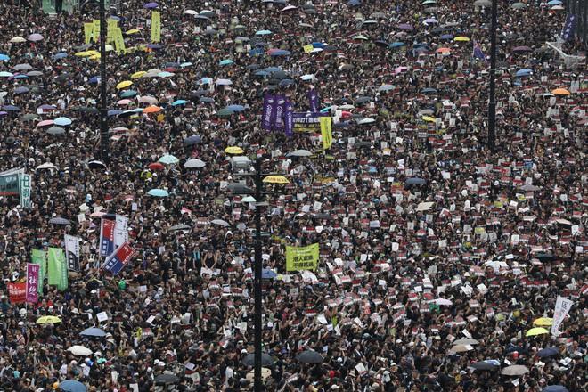 Biển đen ở Hong Kong: Người biểu tình chiếm đóng các ngả đường chính, Đặc khu trưởng buộc phải xin lỗi - Ảnh 15.