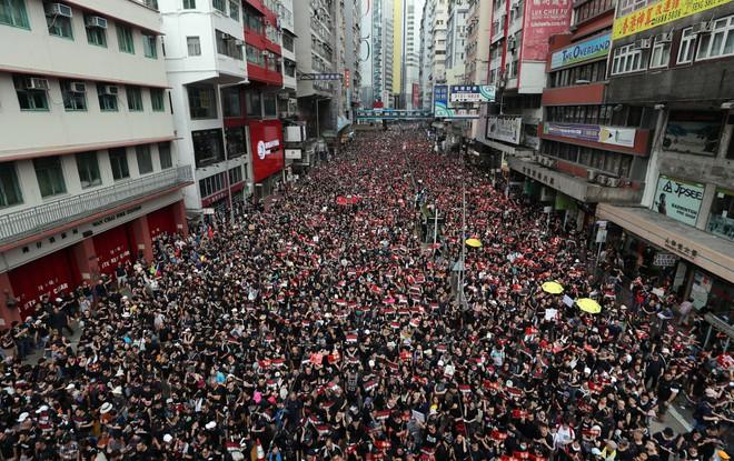 Biển đen ở Hong Kong: Người biểu tình chiếm đóng các ngả đường chính, Đặc khu trưởng buộc phải xin lỗi - Ảnh 10.