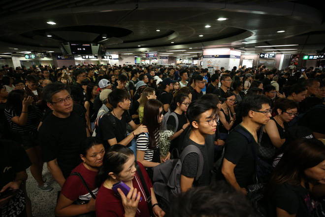 Biển đen ở Hong Kong: Người biểu tình chiếm đóng các ngả đường chính, Đặc khu trưởng buộc phải xin lỗi - Ảnh 33.