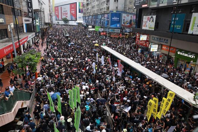 Biển đen ở Hong Kong: Người biểu tình chiếm đóng các ngả đường chính, Đặc khu trưởng buộc phải xin lỗi - Ảnh 26.