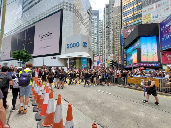 Biển đen ở Hong Kong: Người biểu tình chiếm đóng các ngả đường chính, Đặc khu trưởng buộc phải xin lỗi - Ảnh 27.
