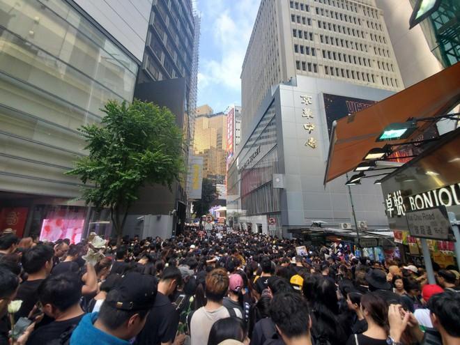 Biển đen ở Hong Kong: Người biểu tình chiếm đóng các ngả đường chính, Đặc khu trưởng buộc phải xin lỗi - Ảnh 28.