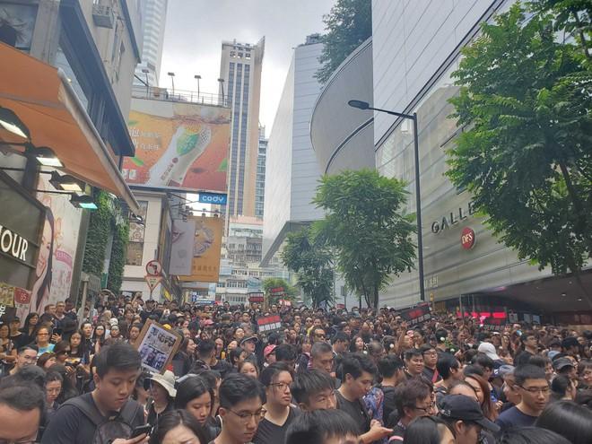 Biển đen ở Hong Kong: Người biểu tình chiếm đóng các ngả đường chính, Đặc khu trưởng buộc phải xin lỗi - Ảnh 29.