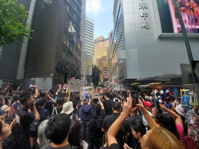 Biển đen ở Hong Kong: Người biểu tình chiếm đóng các ngả đường chính, Đặc khu trưởng buộc phải xin lỗi - Ảnh 31.