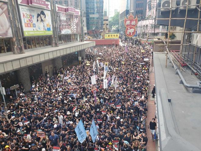 Biển đen ở Hong Kong: Người biểu tình chiếm đóng các ngả đường chính, Đặc khu trưởng buộc phải xin lỗi - Ảnh 22.