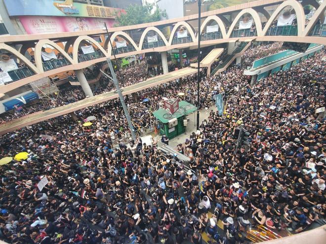 Biển đen ở Hong Kong: Người biểu tình chiếm đóng các ngả đường chính, Đặc khu trưởng buộc phải xin lỗi - Ảnh 23.