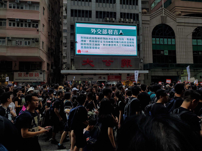 Biển đen ở Hong Kong: Người biểu tình chiếm đóng các ngả đường chính, Đặc khu trưởng buộc phải xin lỗi - Ảnh 24.