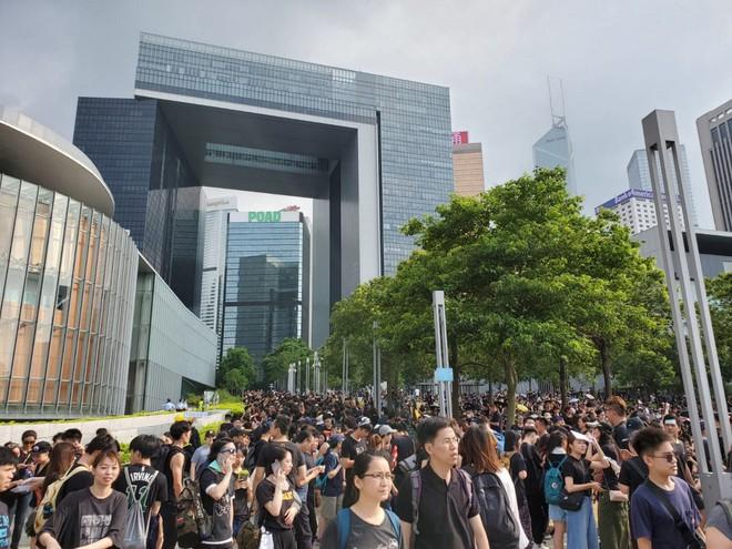 Biển đen ở Hong Kong: Người biểu tình chiếm đóng các ngả đường chính, Đặc khu trưởng buộc phải xin lỗi - Ảnh 13.