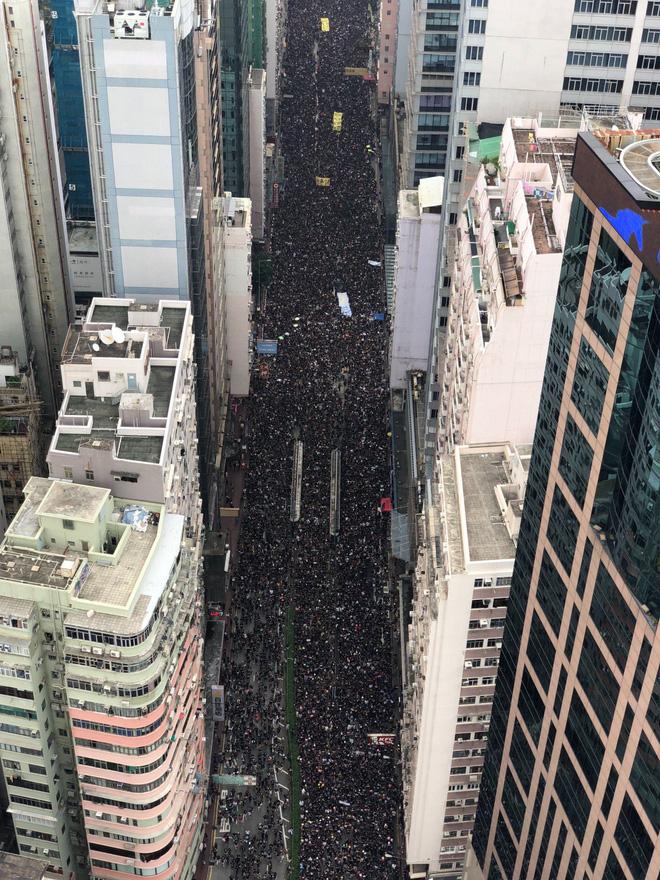 Biển đen ở Hong Kong: Người biểu tình chiếm đóng các ngả đường chính, Đặc khu trưởng buộc phải xin lỗi - Ảnh 14.