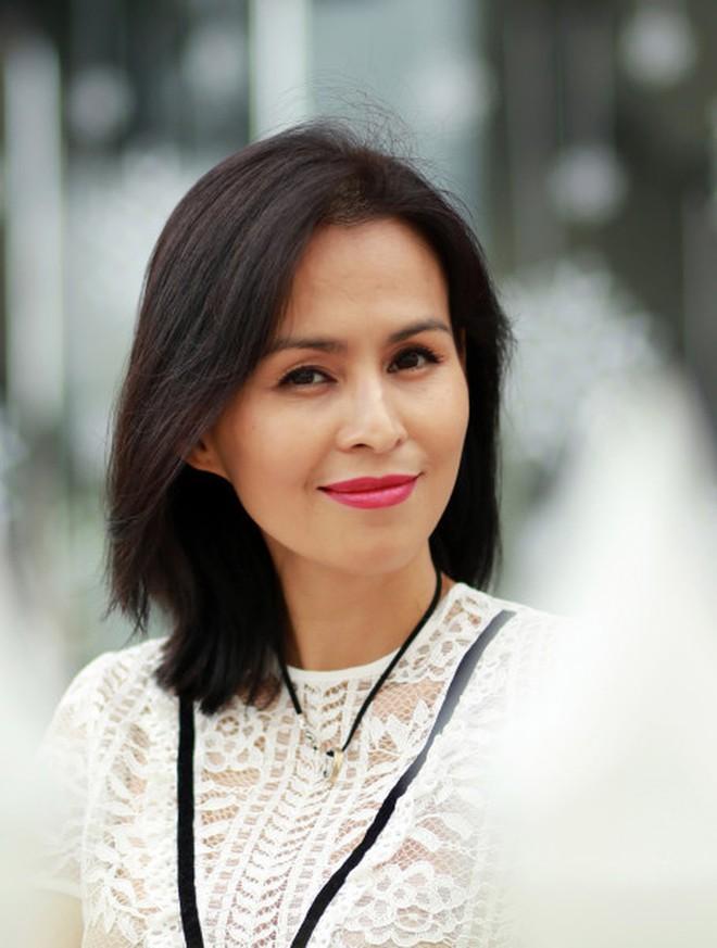 """Vợ cũ Huy Khánh """"gây bão"""" khi nhận xét H'Hen Niê đi dép tổ ong là 'quê mùa lôm côm' nhưng cách đáp trả của Hoa hậu khiến ai cũng phải ngả mũ - ảnh 2"""