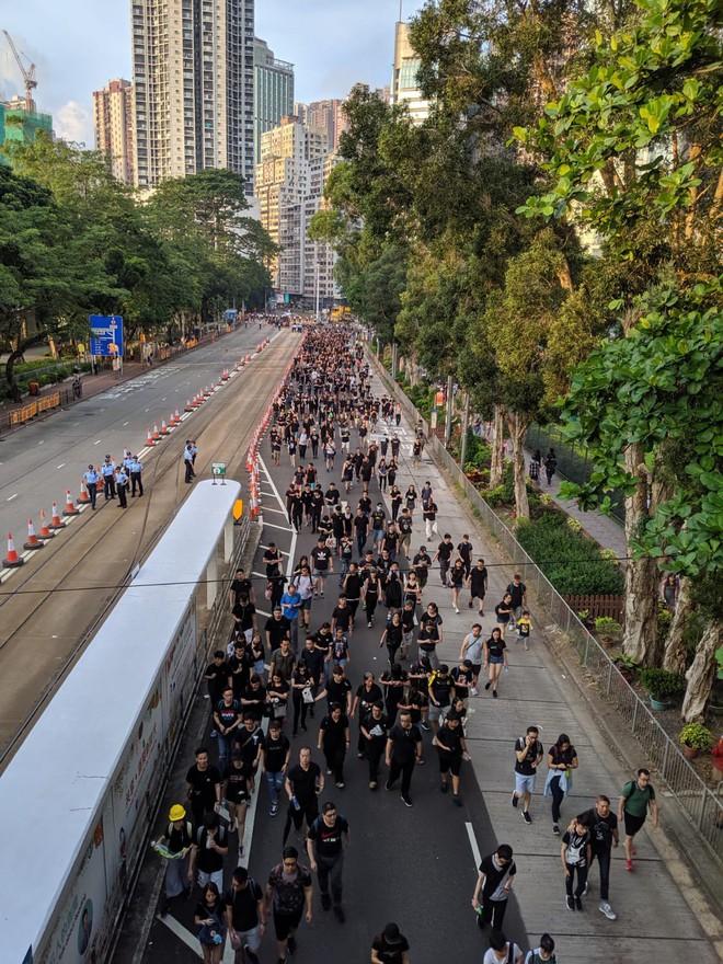 Biển đen ở Hong Kong: Người biểu tình chiếm đóng các ngả đường chính, Đặc khu trưởng buộc phải xin lỗi - Ảnh 11.