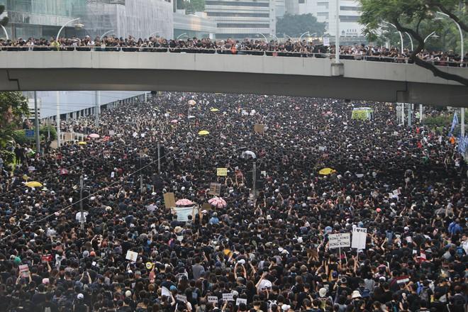 Biển đen ở Hong Kong: Người biểu tình chiếm đóng các ngả đường chính, Đặc khu trưởng buộc phải xin lỗi - Ảnh 5.