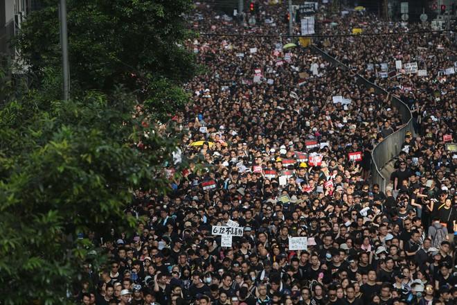 Biển đen ở Hong Kong: Người biểu tình chiếm đóng các ngả đường chính, Đặc khu trưởng buộc phải xin lỗi - Ảnh 6.