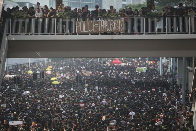 Biển đen ở Hong Kong: Người biểu tình chiếm đóng các ngả đường chính, Đặc khu trưởng buộc phải xin lỗi - Ảnh 7.