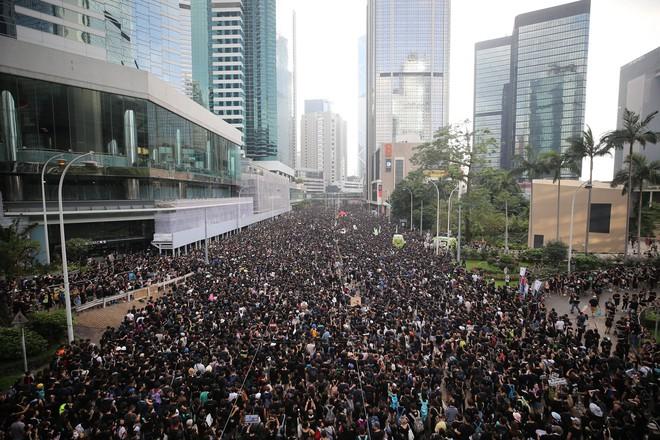 Biển đen ở Hong Kong: Người biểu tình chiếm đóng các ngả đường chính, Đặc khu trưởng buộc phải xin lỗi - Ảnh 8.