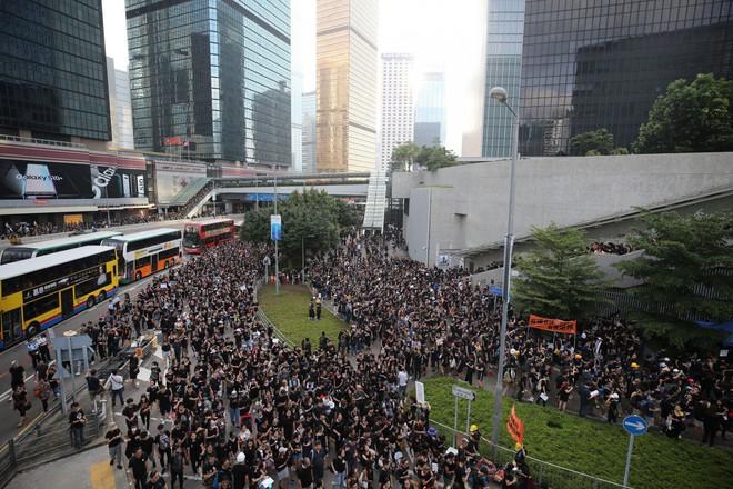 Biển đen ở Hong Kong: Người biểu tình chiếm đóng các ngả đường chính, Đặc khu trưởng buộc phải xin lỗi - Ảnh 9.