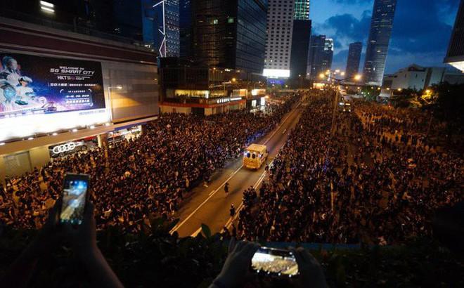"""""""Biển đen"""" ở Hong Kong: Người biểu tình chiếm đóng các ngả đường chính, Đặc khu trưởng buộc phải xin lỗi"""