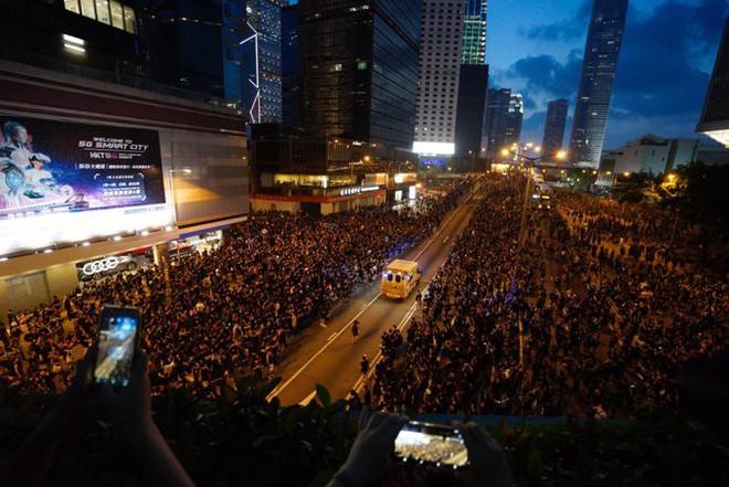 Biển đen ở Hong Kong: Người biểu tình chiếm đóng các ngả đường chính, Đặc khu trưởng buộc phải xin lỗi - Ảnh 2.
