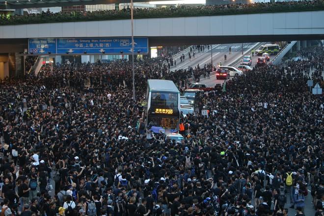 Biển đen ở Hong Kong: Người biểu tình chiếm đóng các ngả đường chính, Đặc khu trưởng buộc phải xin lỗi - Ảnh 3.