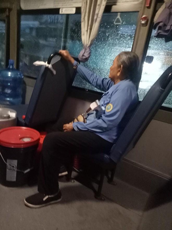 Bà cụ ôm bao ve chai dầm mưa lạnh và câu nói nóng giận của cô phụ xe khiến ai cũng ngỡ ngàng - ảnh 1