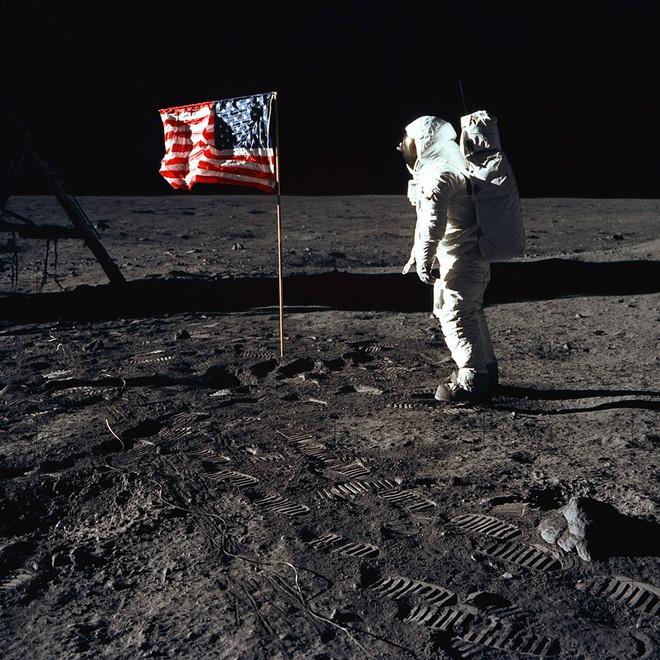Đổ bộ Mặt Trăng là trò bịp vĩ đại của Mỹ? - Thuyết âm mưu chỉ ra 5 điểm đáng ngờ nhất - ảnh 1
