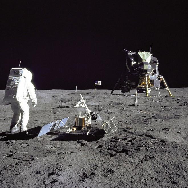 Đổ bộ Mặt Trăng là trò bịp vĩ đại của Mỹ? - Thuyết âm mưu chỉ ra 5 điểm đáng ngờ nhất - ảnh 2