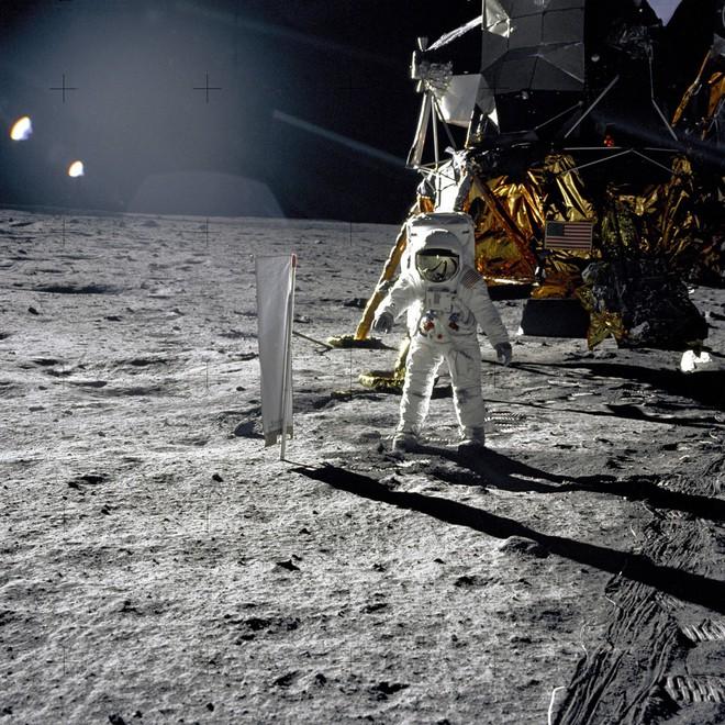 Đổ bộ Mặt Trăng là trò bịp vĩ đại của Mỹ? - Thuyết âm mưu chỉ ra 5 điểm đáng ngờ nhất - ảnh 3