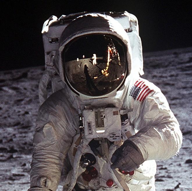 Đổ bộ Mặt Trăng là trò bịp vĩ đại của Mỹ? - Thuyết âm mưu chỉ ra 5 điểm đáng ngờ nhất - ảnh 4