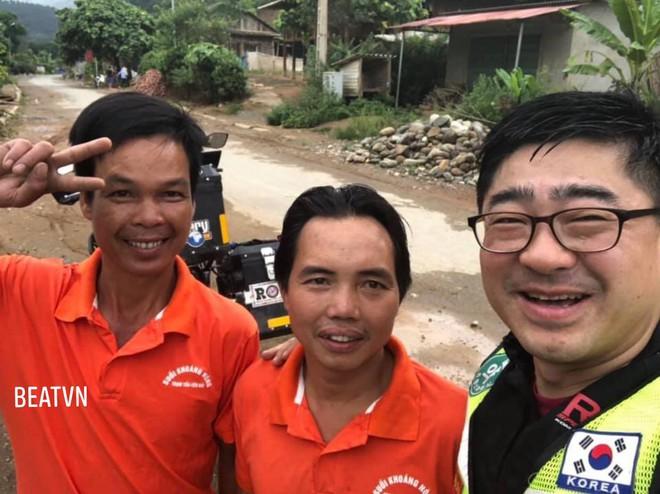 Phượt thủ trung niên Hàn Quốc lao xe xuống mương và sự cứu giúp kịp thời của 2 người đàn ông Việt - ảnh 4