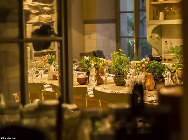 Bên trong nhà hàng nơi gia đình ông Obama thưởng thức bữa tối cùng bạn bè.