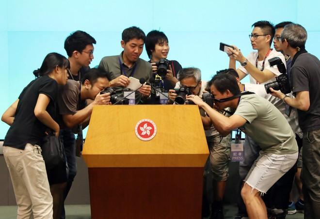 [NÓNG] Lãnh đạo Hong Kong mở họp báo xin lỗi người dân: Tôi đã tự kiểm điểm sâu sắc sau những chuyện xảy ra - Ảnh 5.