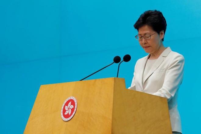 [NÓNG] Lãnh đạo Hong Kong mở họp báo xin lỗi người dân: Tôi đã tự kiểm điểm sâu sắc sau những chuyện xảy ra - Ảnh 4.
