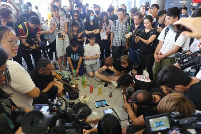 [NÓNG] Lãnh đạo Hong Kong mở họp báo xin lỗi người dân: Tôi đã tự kiểm điểm sâu sắc sau những chuyện xảy ra - Ảnh 2.