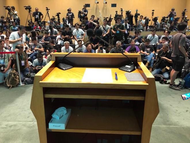 Quá áp lực, Trưởng đặc khu Hong Kong trốn vào nhà vệ sinh, khóc nức nở - ảnh 2